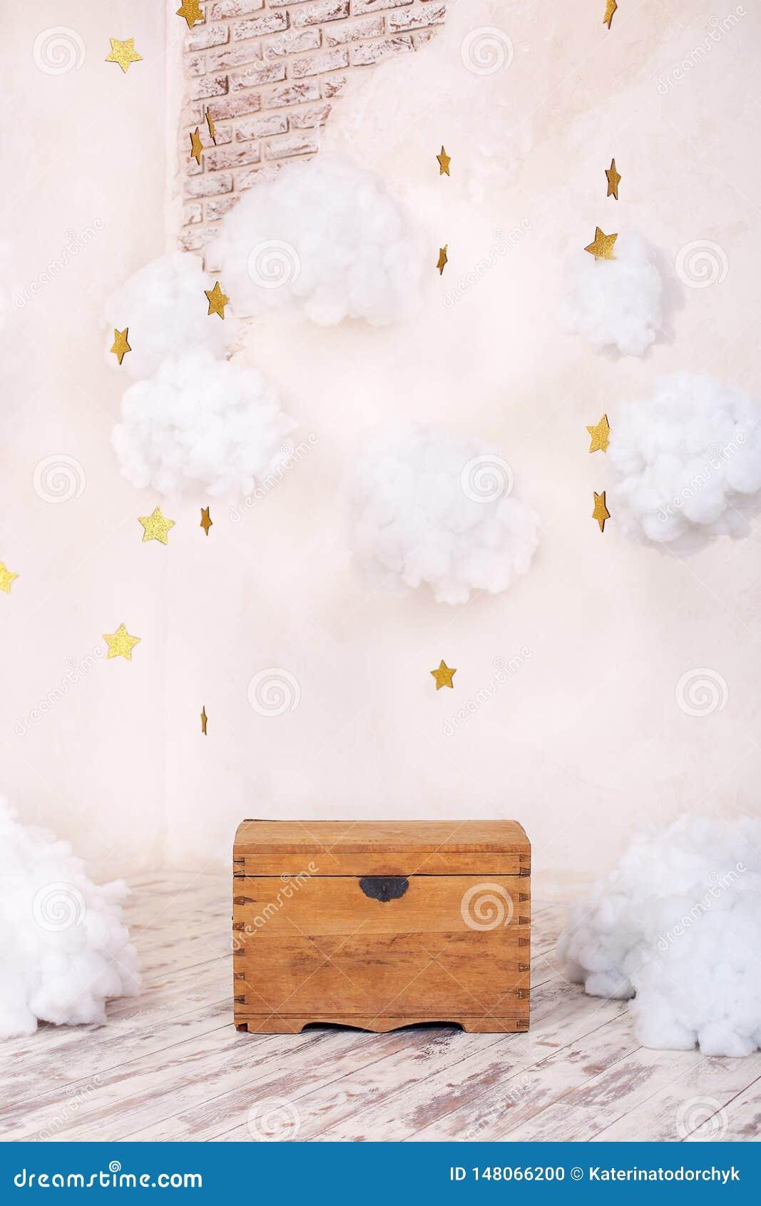 Int?rieur moderne de cru de la pi?ce d enfants avec un vieux coffre en bois sur le fond d un mur texturis? avec des nuages ` S p