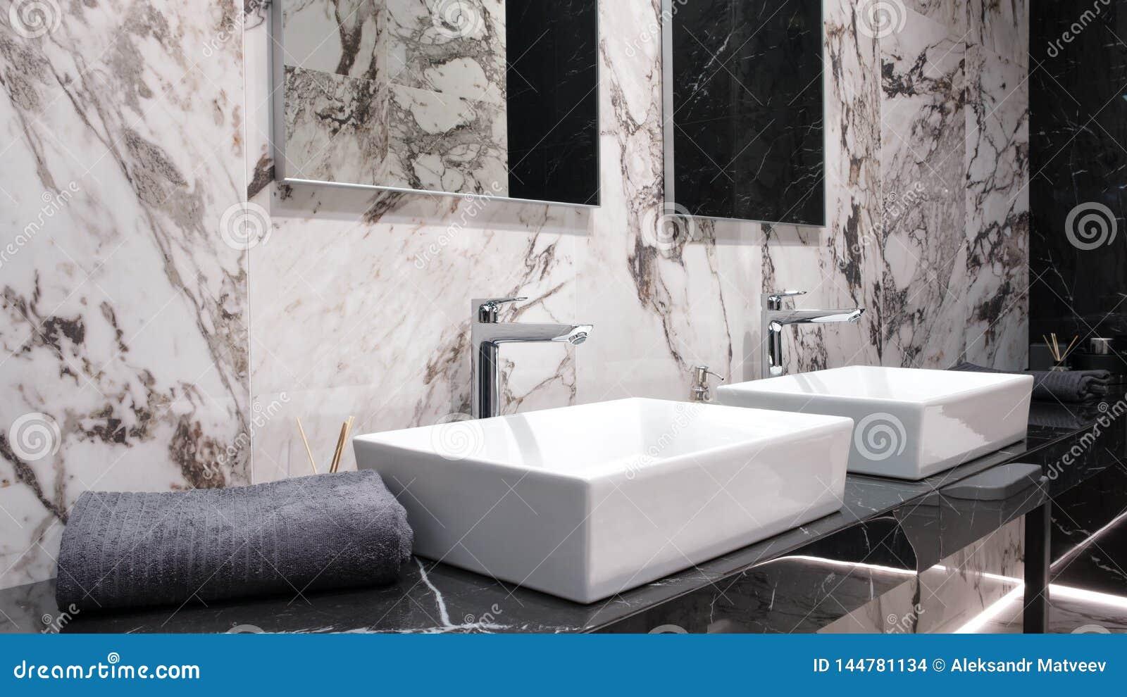 Photo De Salle De Bain Noir Et Blanc int?rieur noir et blanc de salle de bains avec l'?vier deux