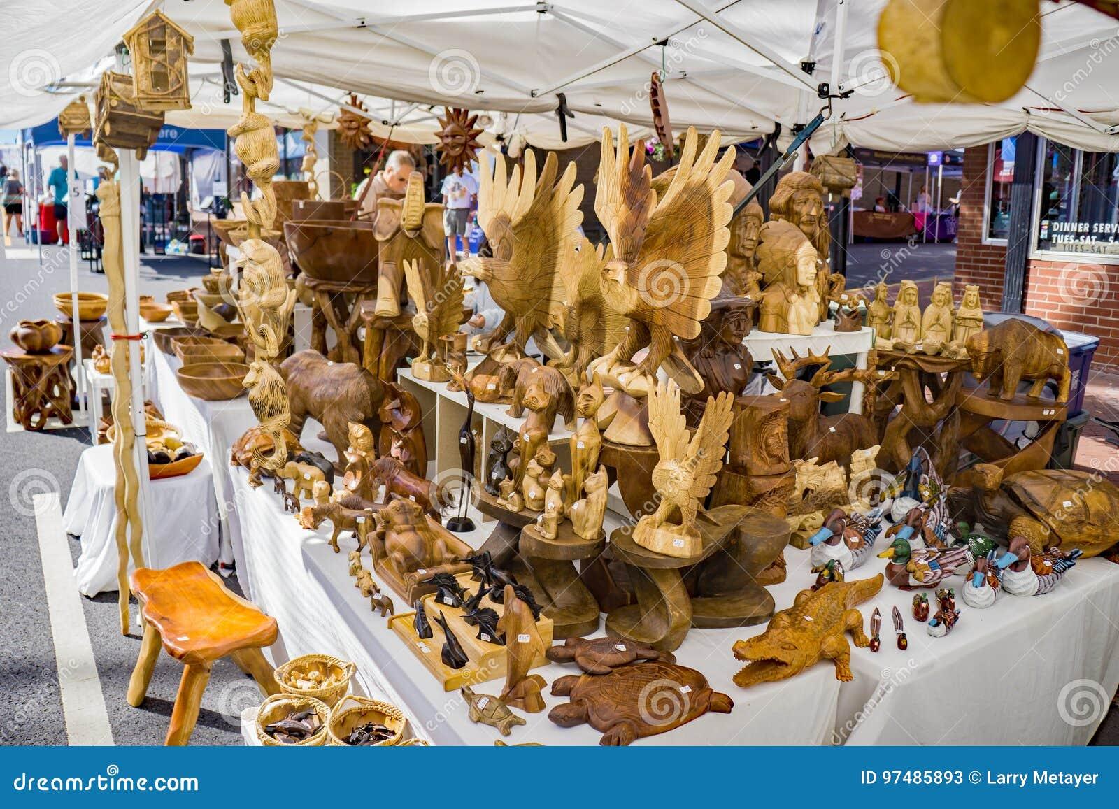 Intagliatore del legno che visualizza gli oggetti da vendere