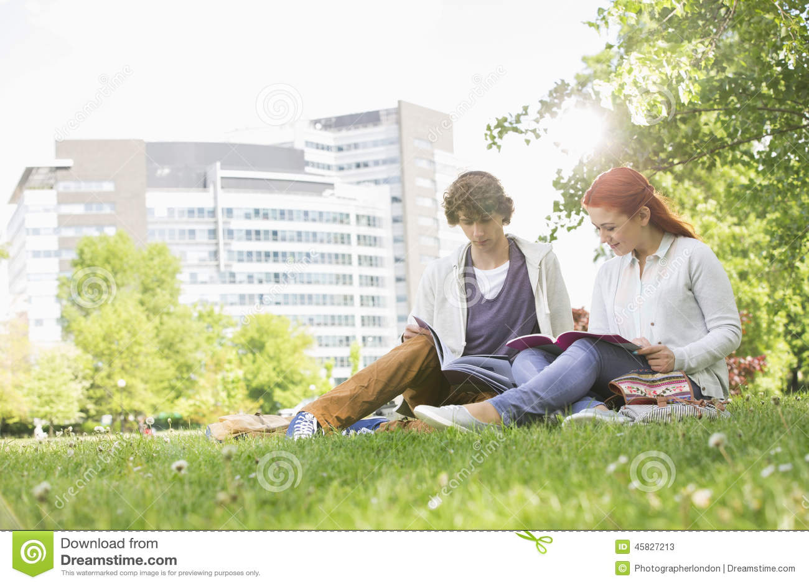 Integral de los amigos masculinos y femeninos jovenes que estudian en el campus de la universidad