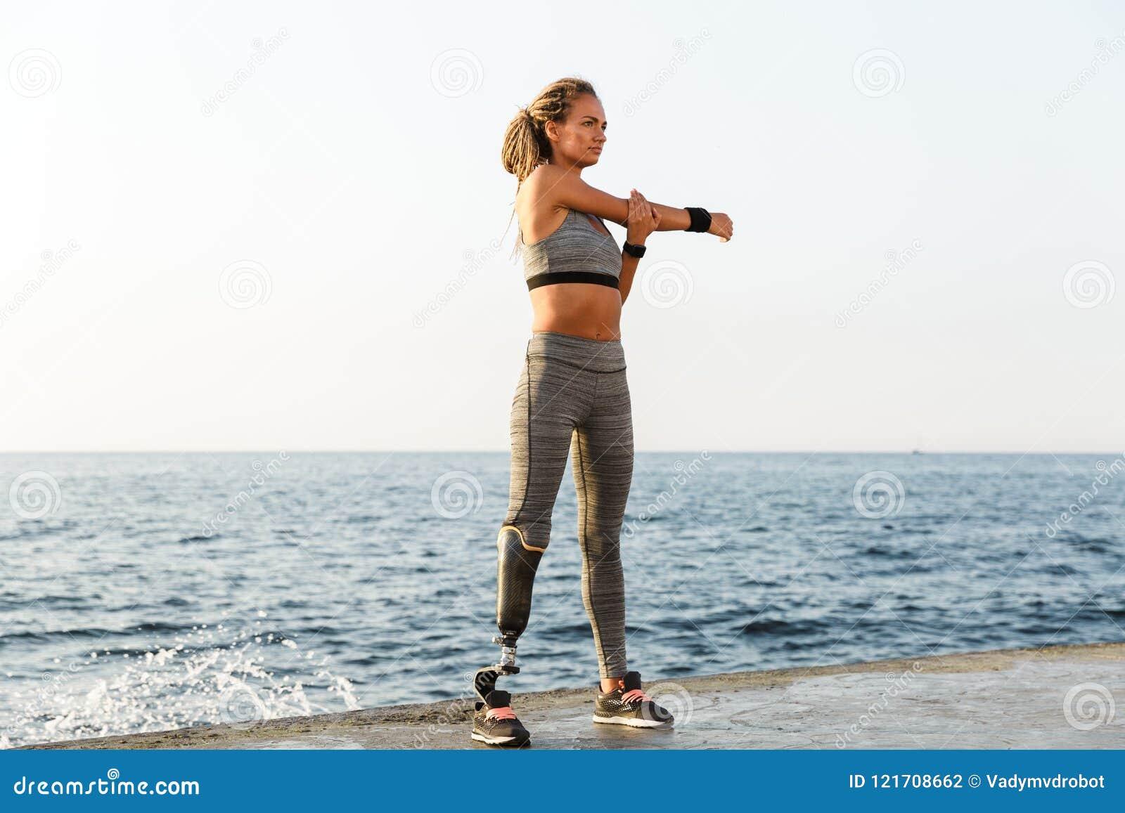 Integral de mujer discapacitada concentrada del atleta