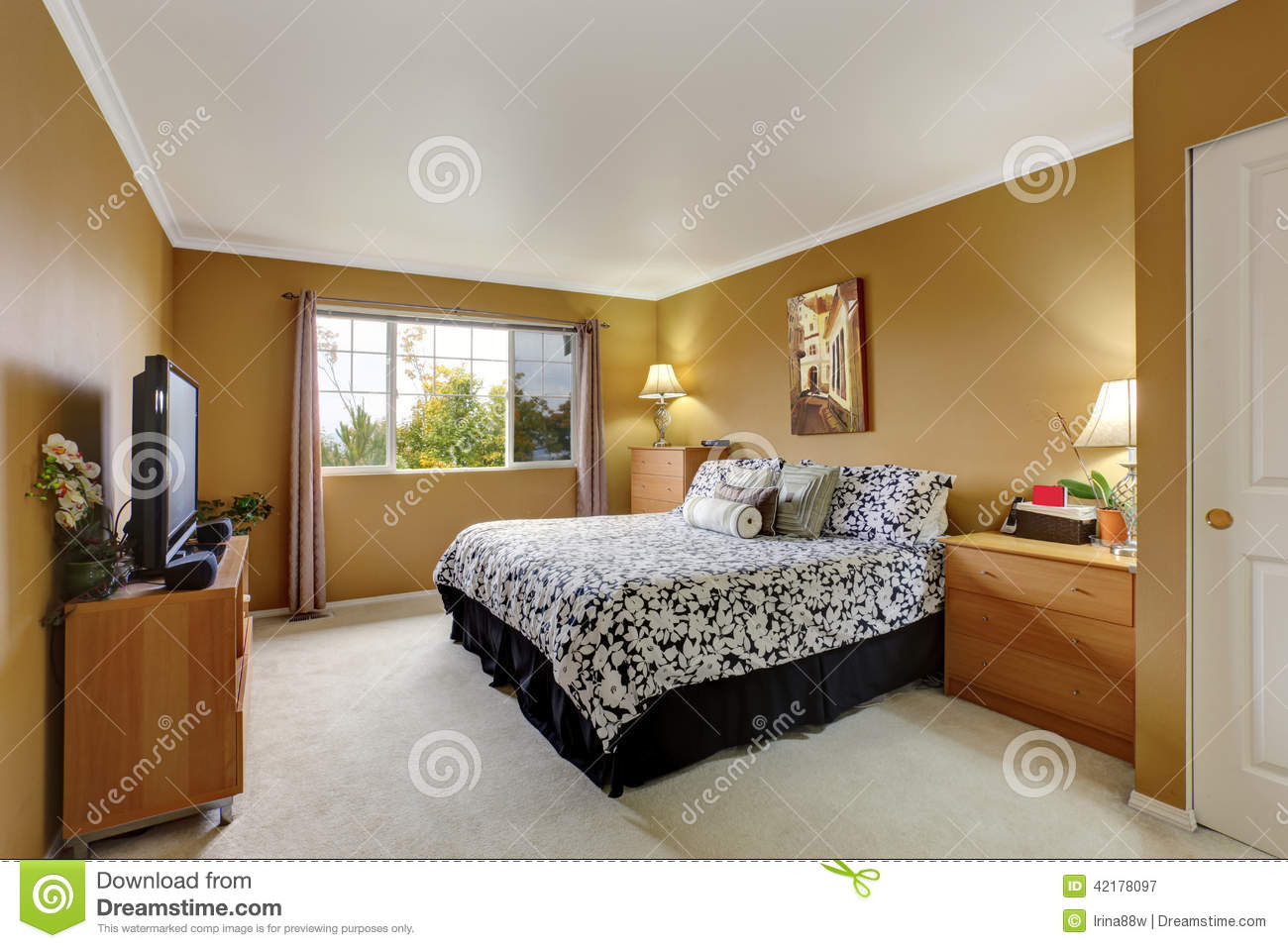 inteior de chambre coucher dans la couleur de moutarde photo stock image 42178097. Black Bedroom Furniture Sets. Home Design Ideas