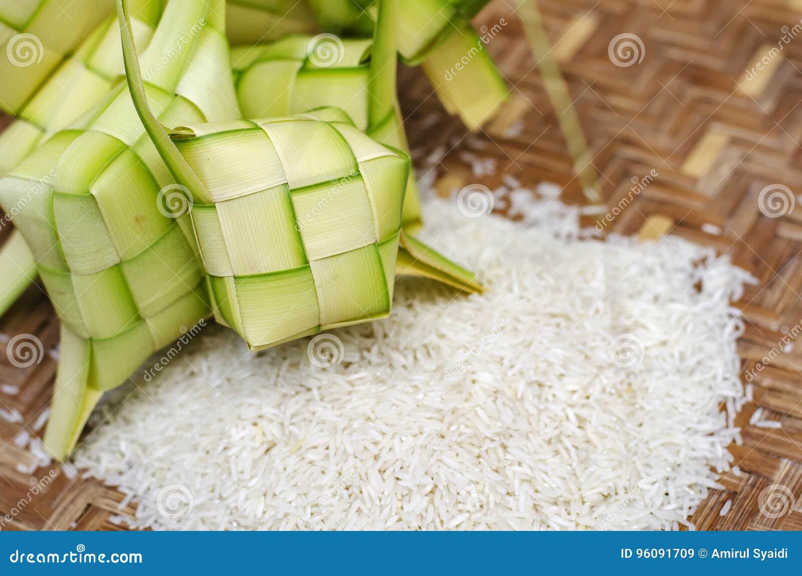 Intelaiatura e riso di Ketupat in contenitore di bambù squisitezza tradizionale del malay durante il eid malese