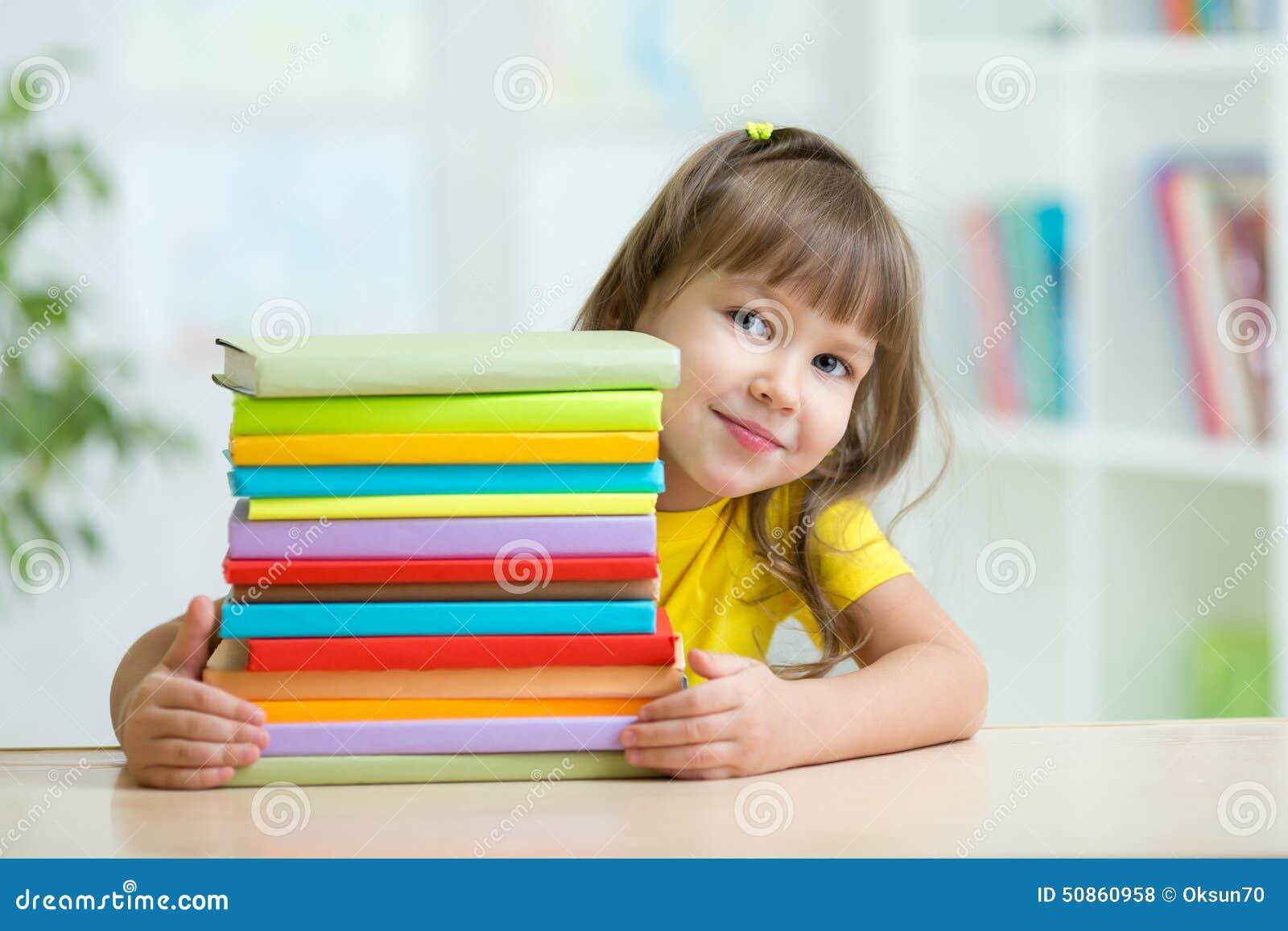 Intelligenter Kindermädchenvorschüler mit Büchern
