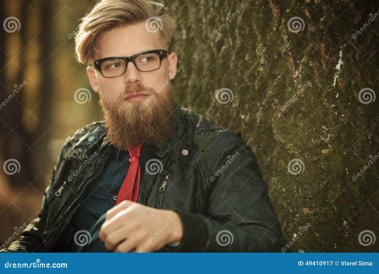 Download Intelligenter Zufälliger Mann, Der Auf Einem Baum Im Park Sich Lehnt Stockbild - Bild von attraktiv, outdoor: 49410917