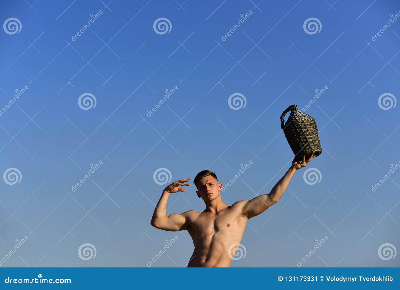 Intense et sain L homme musculaire avec la bouteille de vin de cru ont l amusement d été L homme sportif avec le corps musculaire