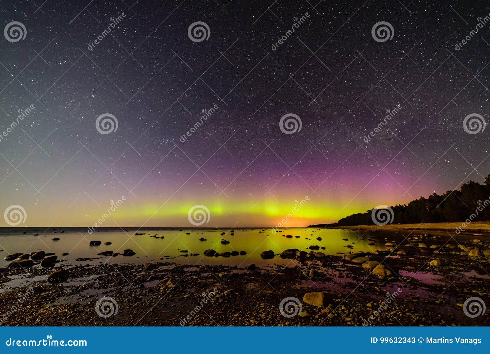 Intensywni północni światła nad morzem bałtyckim (zorz borealis)