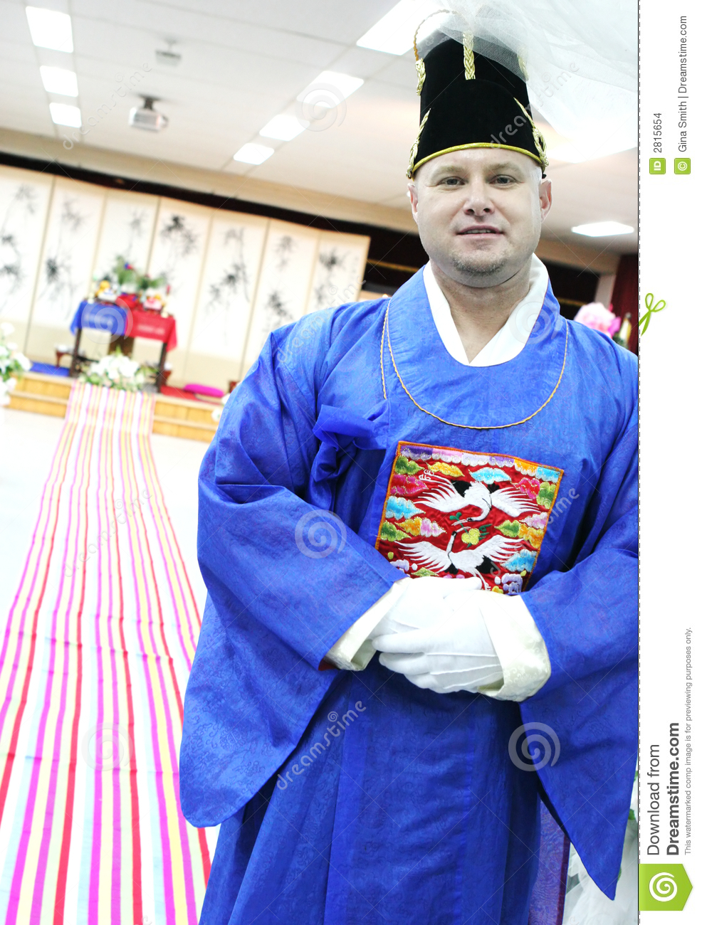 b8c4421d6de7 Foreigner prepares to marry a Korean woman in a traditional ceremony.
