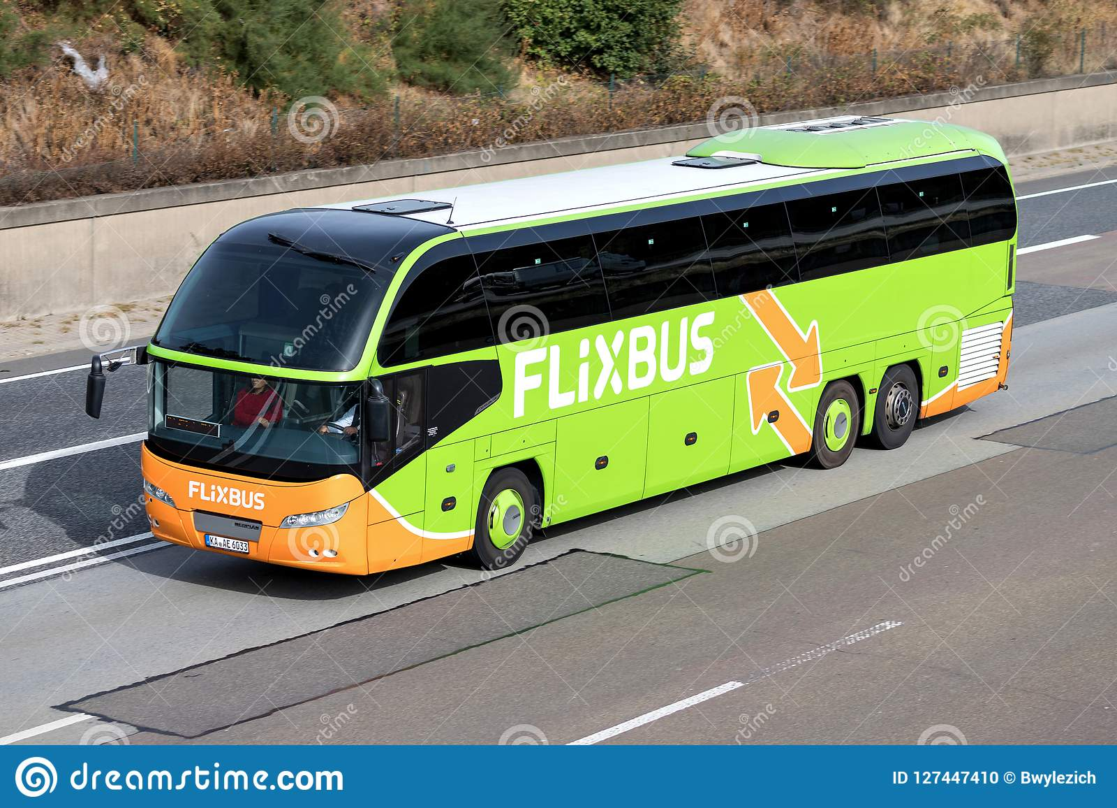 Intercity λεωφορείο Flixbus στον αυτοκινητόδρομο