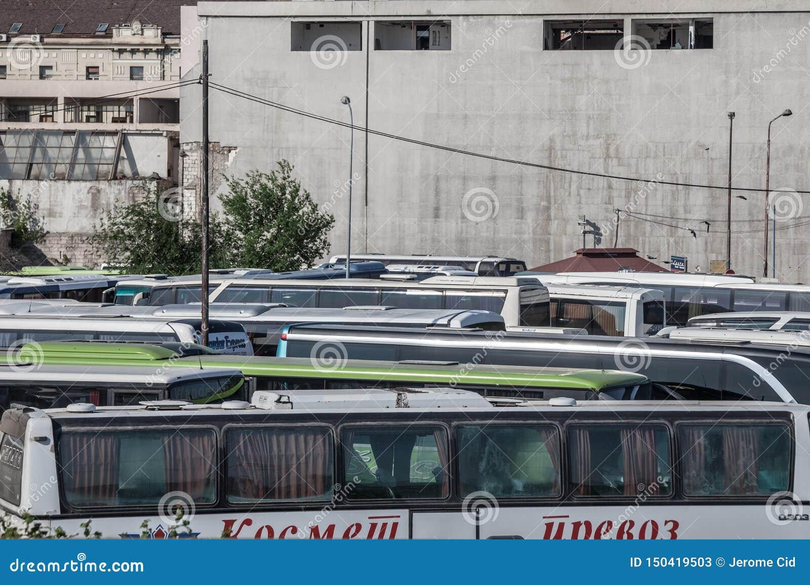 Intercity trenery i autobusy parkujący na parking, czeka zaczynać usługi w Belgrade przystanku autobusowym
