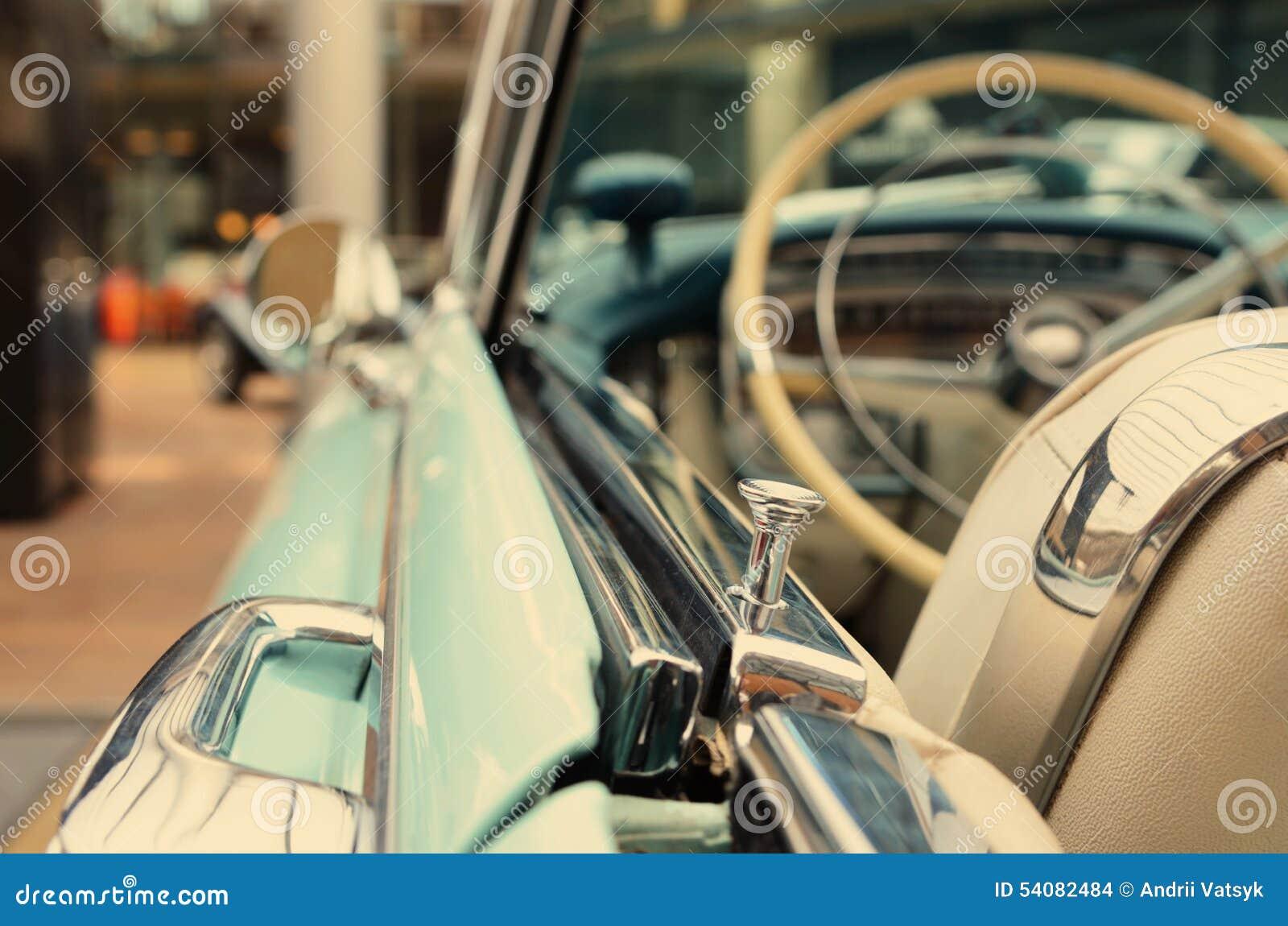 Interessant ontwerp van oude auto met originele koplamp en bumper