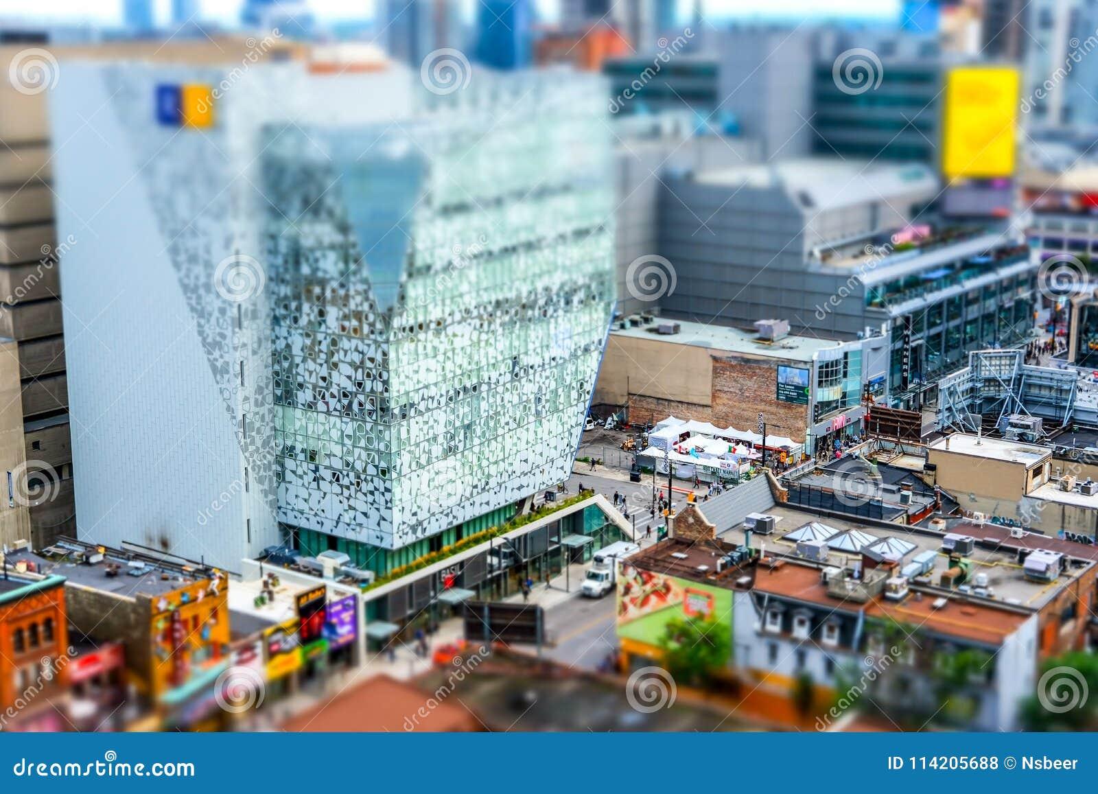 Interesserend, miniatuurdiediorama effect van een lang standpunt van het de stadscentrum van Toronto wordt gezien