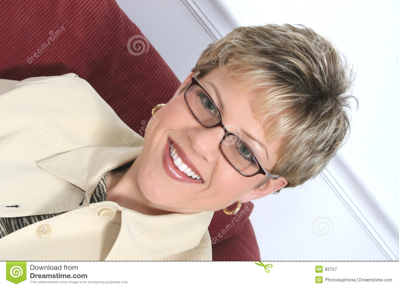 Interesy beżowi nosi okulary kobiety