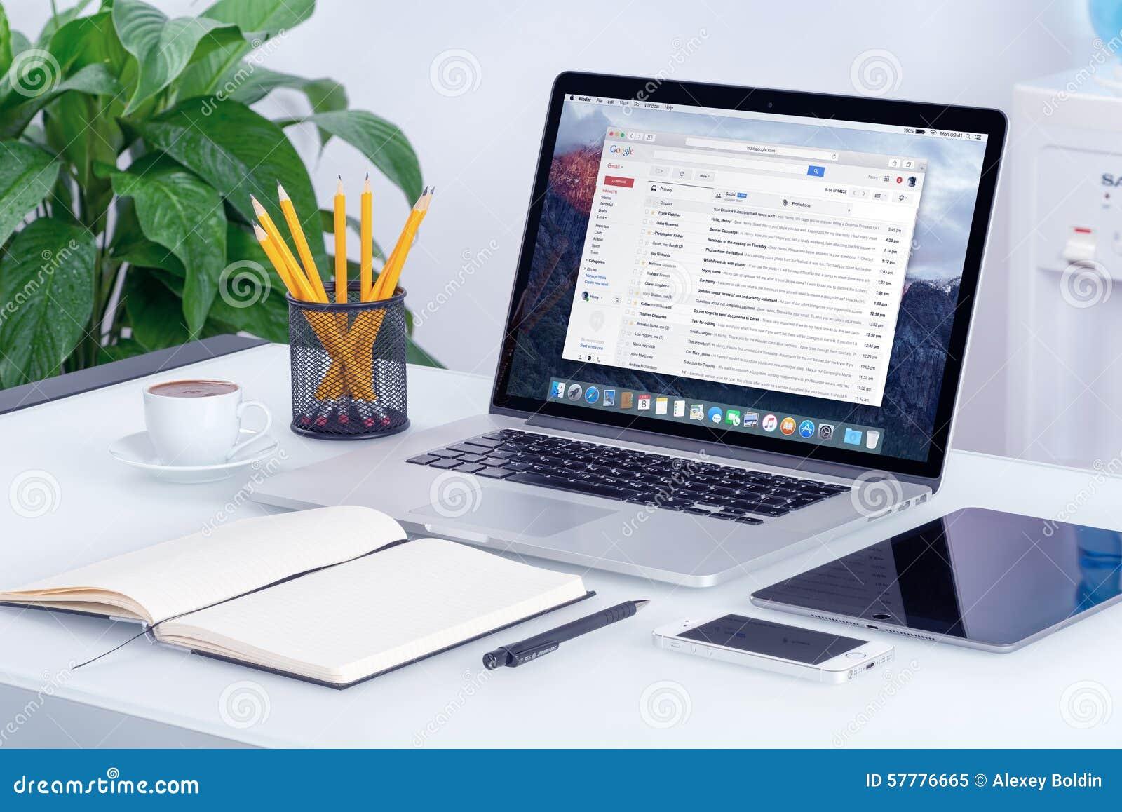 Interface de Google Gmail sur l écran d Apple MacBook sur le bureau