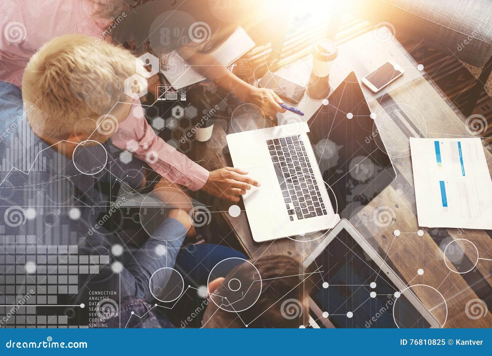 Interface virtuelle de graphique d innovation d icône d analyse globale de stratégie Collègues faisant la grande solution en lign