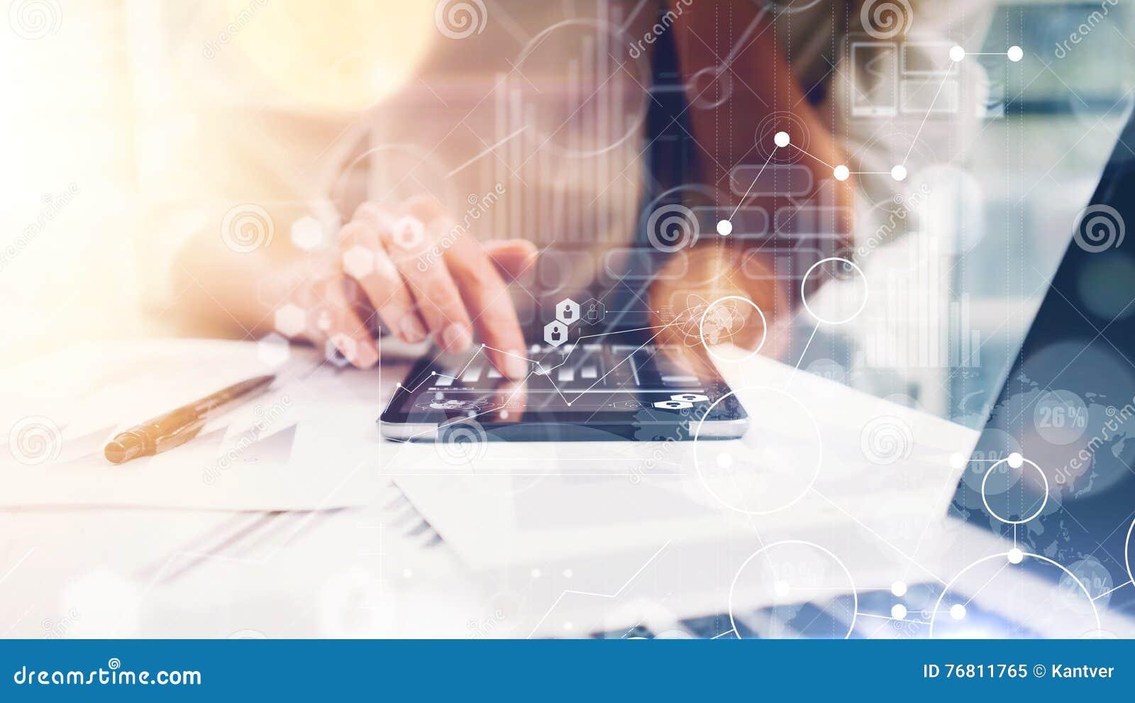 Interfaces virtuelles de graphique d innovation d icône de stratégie globale La femme d affaires analysent le processus de rappor
