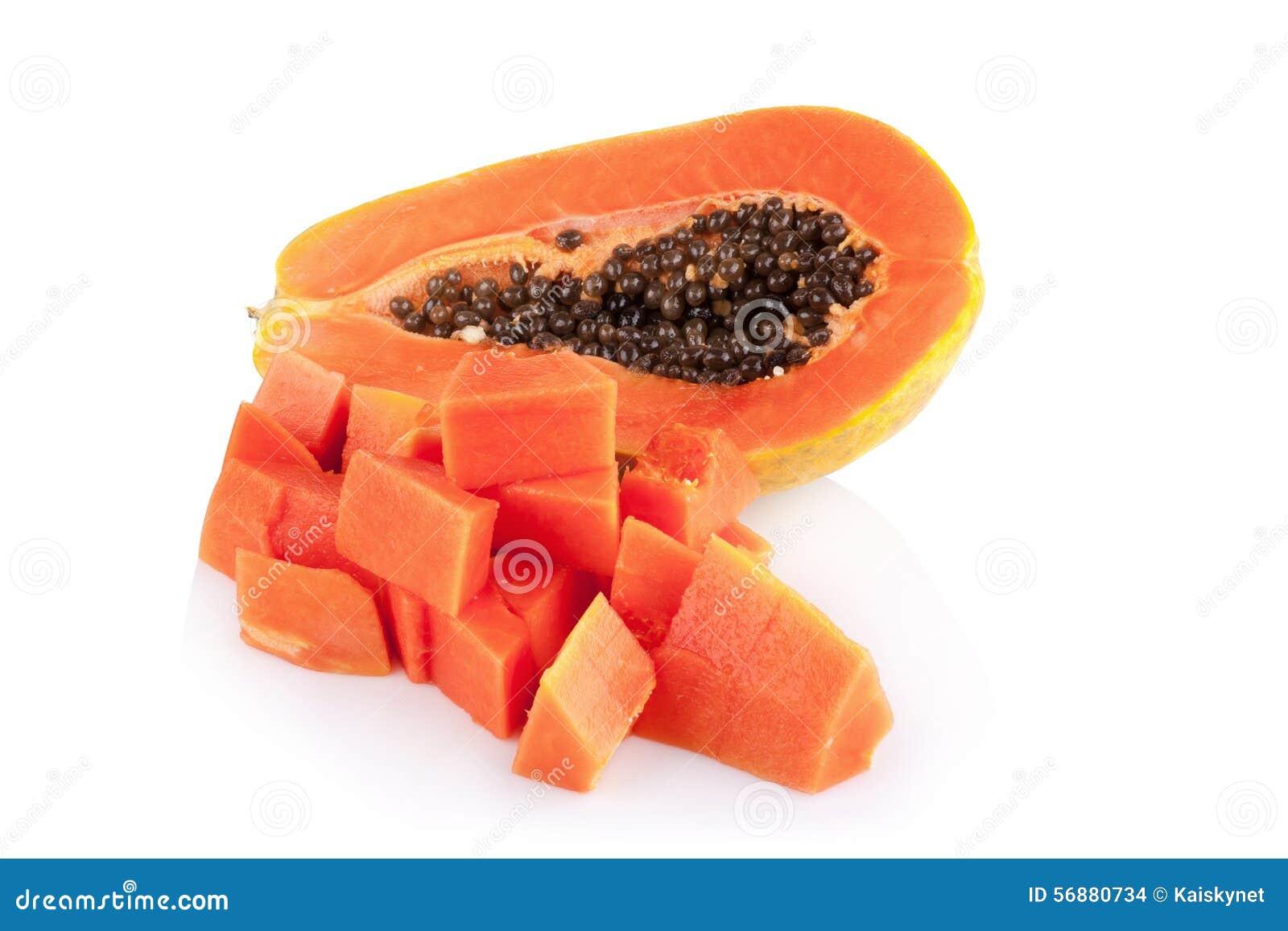Interi frutti della papaia su fondo bianco