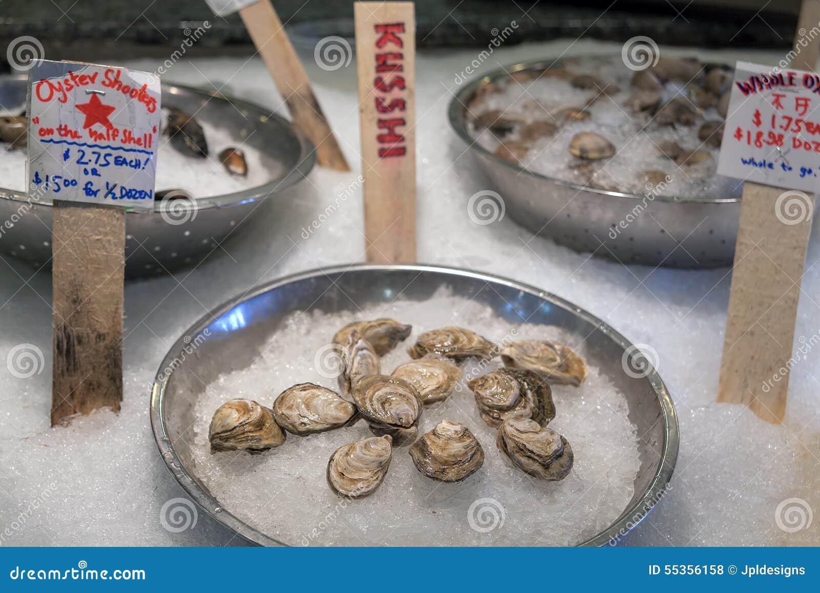 Interi ostriche e crostacei freschi su ghiaccio