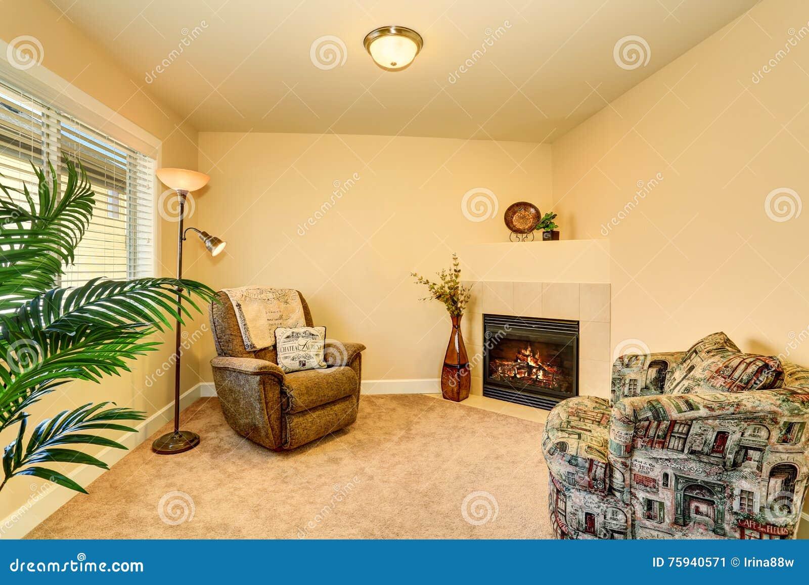 diseño de sala de estar de chimenea de esquina Interior Acogedor De La Sala De Estar Con Dos Butacas Y