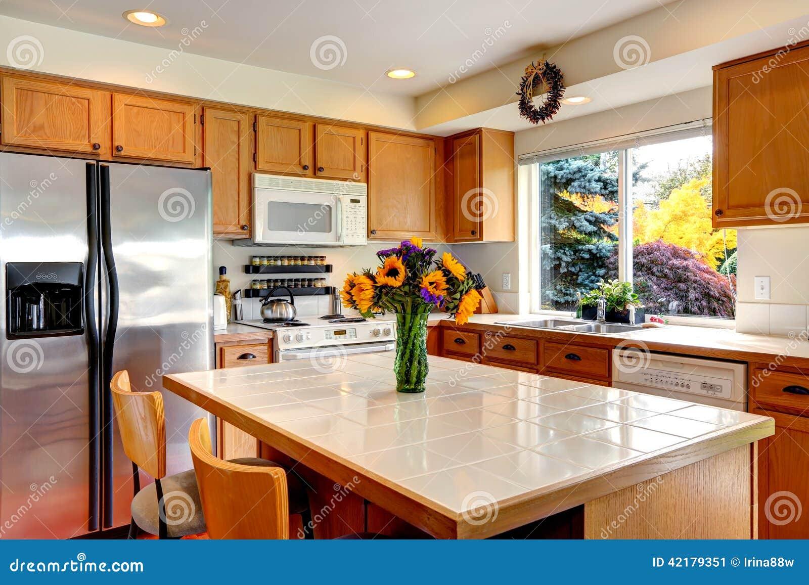Interior Acolhedor Da Cozinha Com Ilha E Janela Imagem De Stock