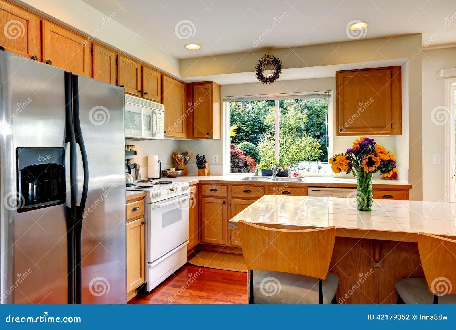 Interior Acolhedor Da Cozinha Com Ilha E Janela Foto de Stock Imagem  #B8420B 1300 957