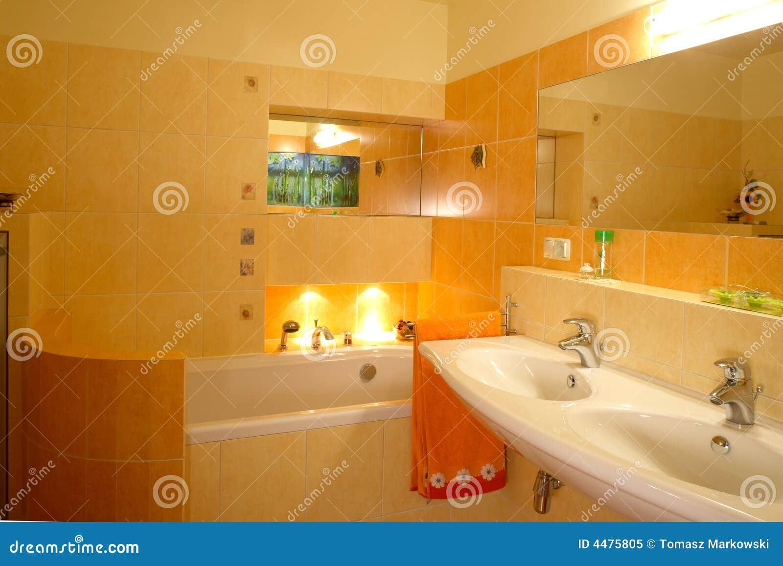 Interior alaranjado do banheiro