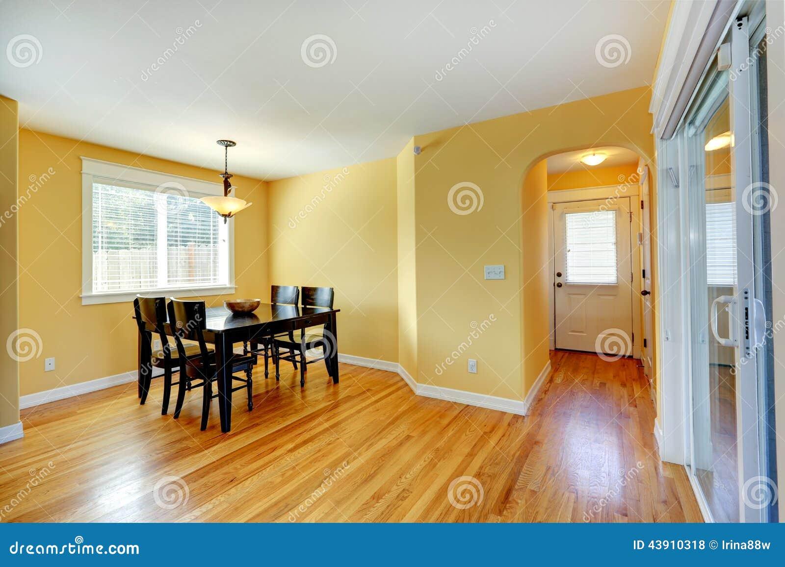 Interior Amarelo Brilhante Da Casa O Espao Para Refeies