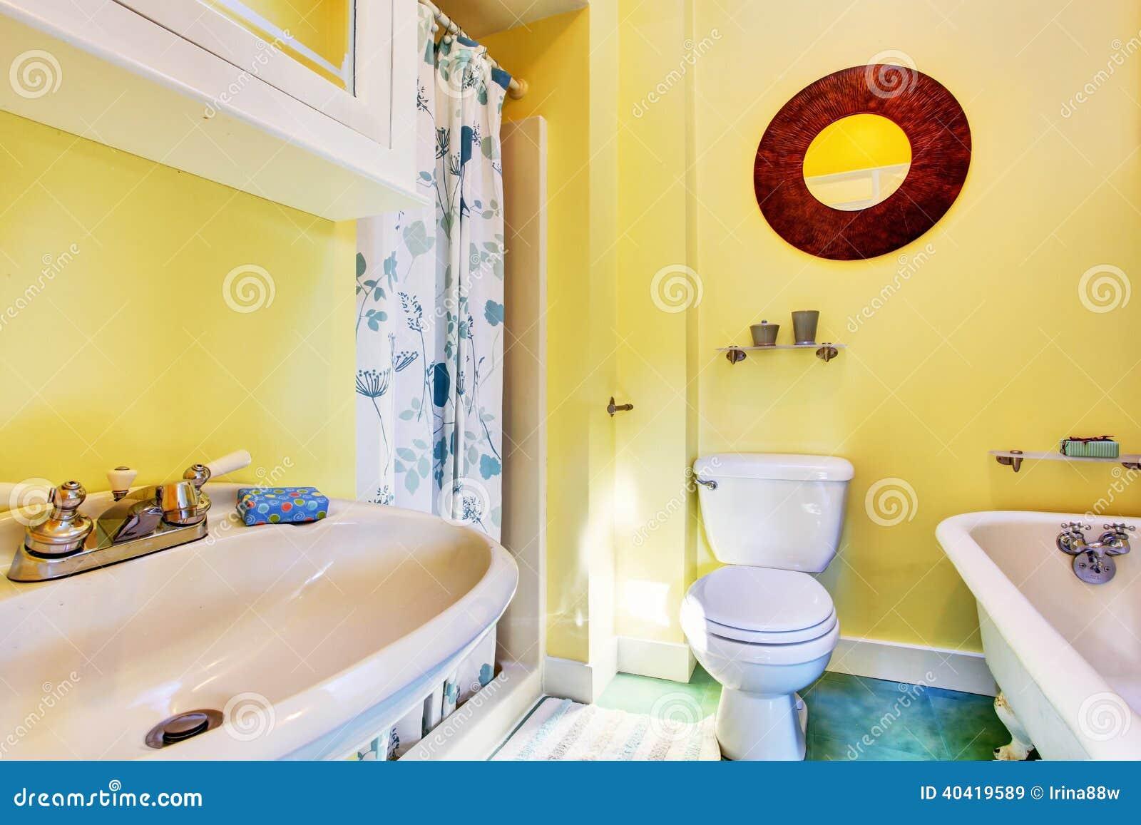 Interior pequeno do banheiro. Luz o amarelo mura os dispositivos  #752214 1300x957 Banheiro Amarelo
