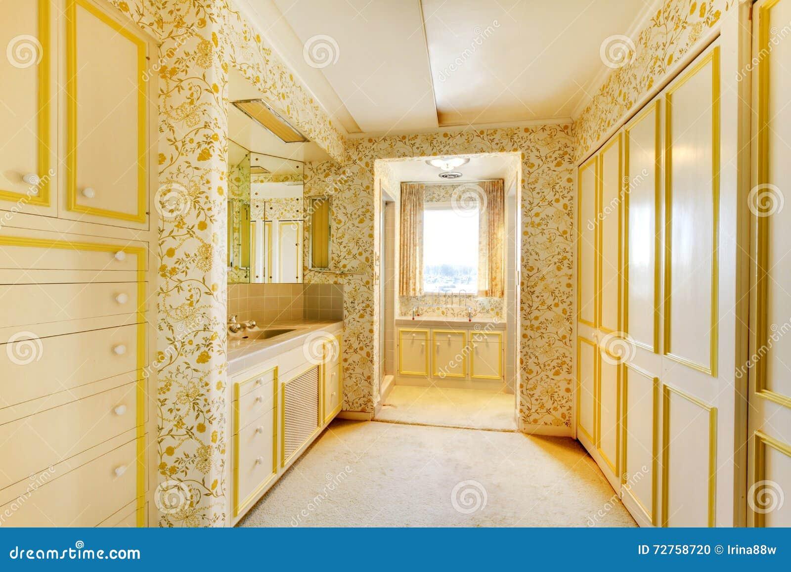 Interior americano clássico velho do banheiro da antiguidade da casa com papel de parede e tapete