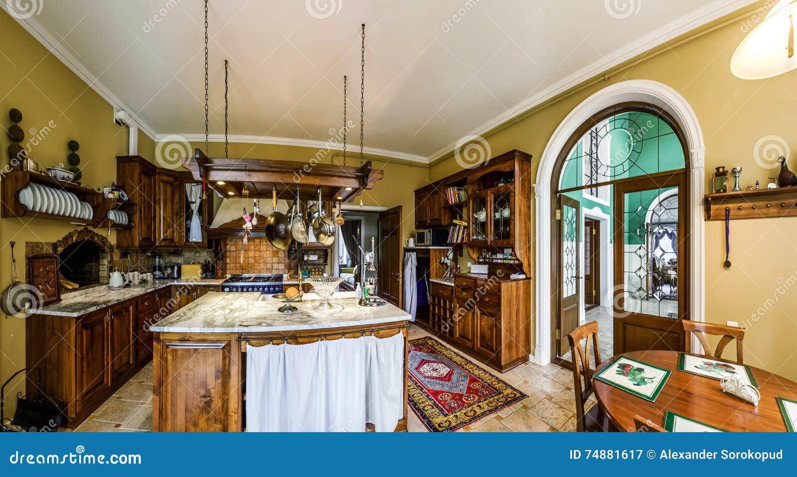 Interior antiquado da cozinha bonita com mobília de madeira