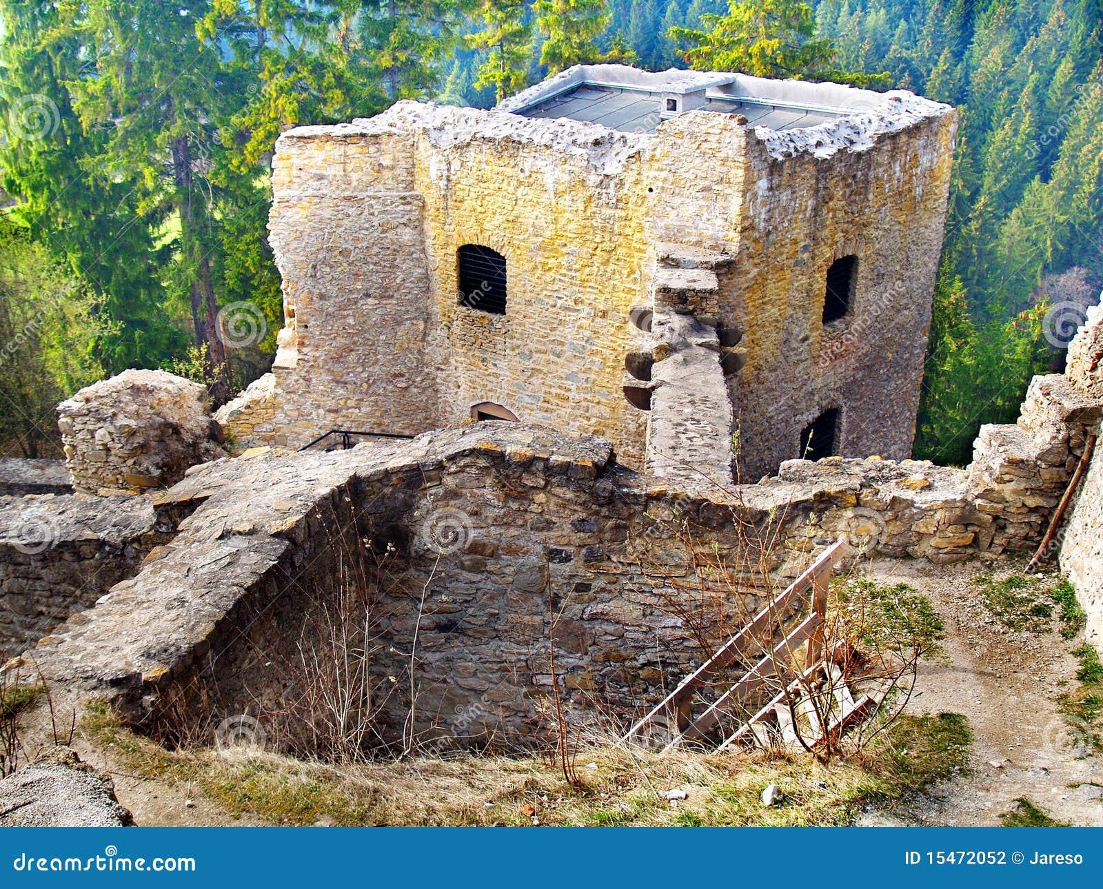 Interior arruinado do castelo de Likava, Slovakia