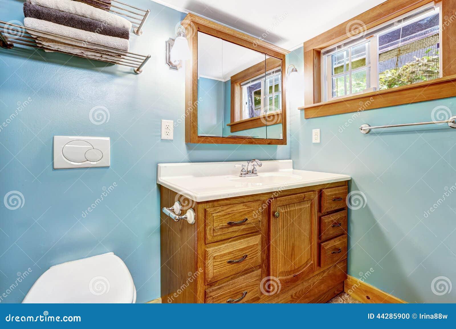Interior Azul Do Banheiro Com O Armário De Madeira Da Vaidade Foto de Stock  -> Armario De Banheiro Azul