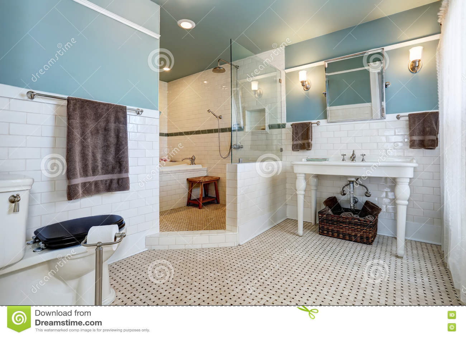 Interior azul do banheiro com a parede branca da guarnição da telha  #7C6747 1300x957 Banheiro Branco Com Rejunte Azul