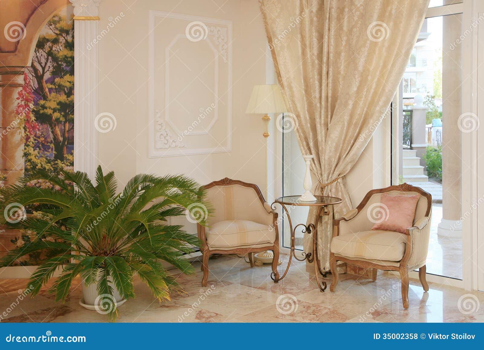 Interior barroco do hotel do estilo
