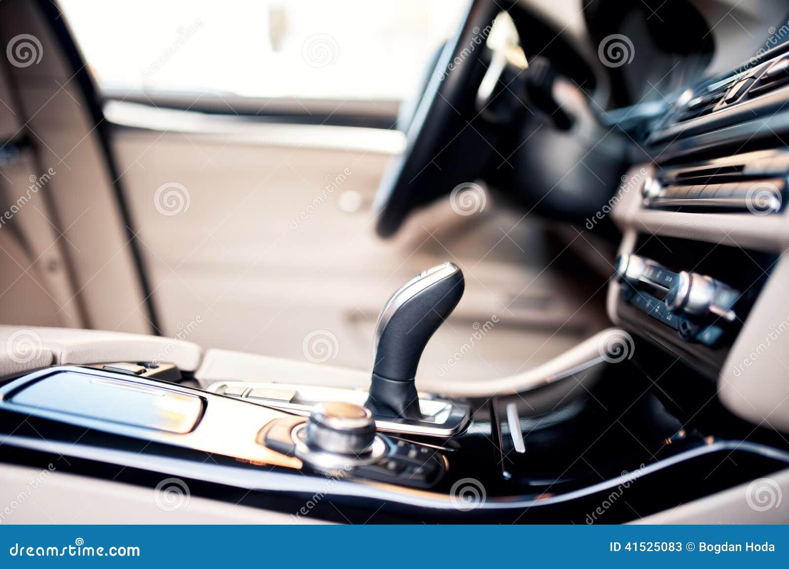 Interior bege moderno do carro novo, detalhes do close-up