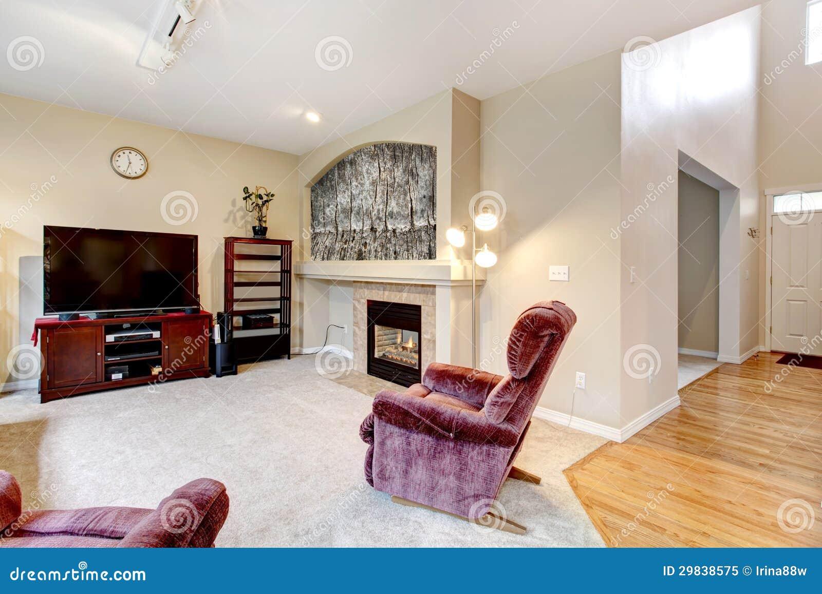 Interior grande elegante de la sala de estar con la for Sala de estar con tv