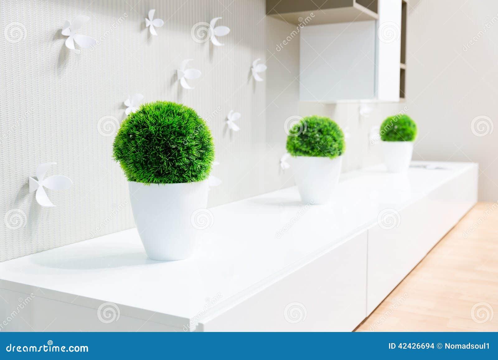 Interior blanco con la hierba