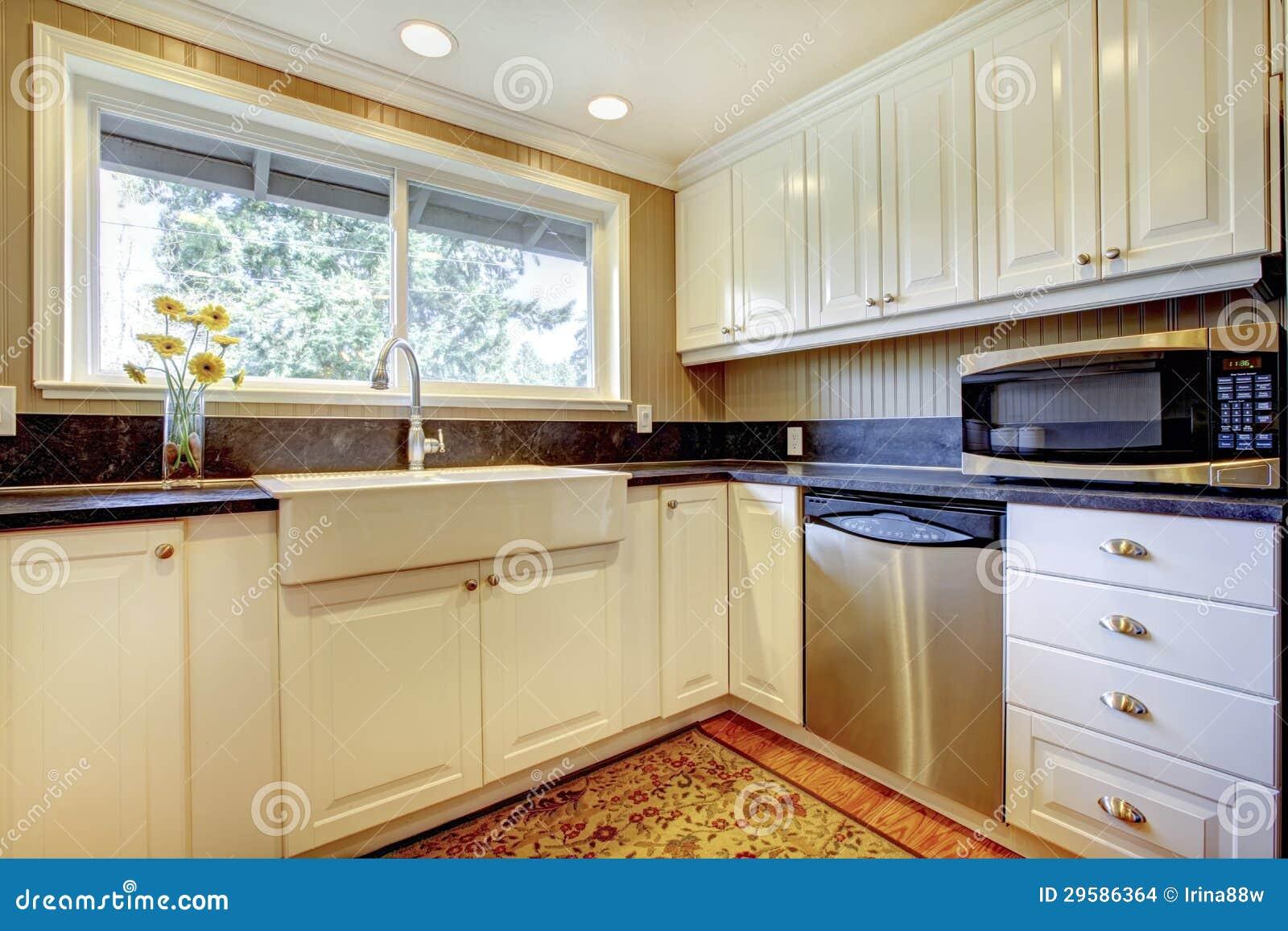 #724125 Imagenes de archivo: Interior blanco de la cocina con el fregadero y  610 Janelas En Vidros