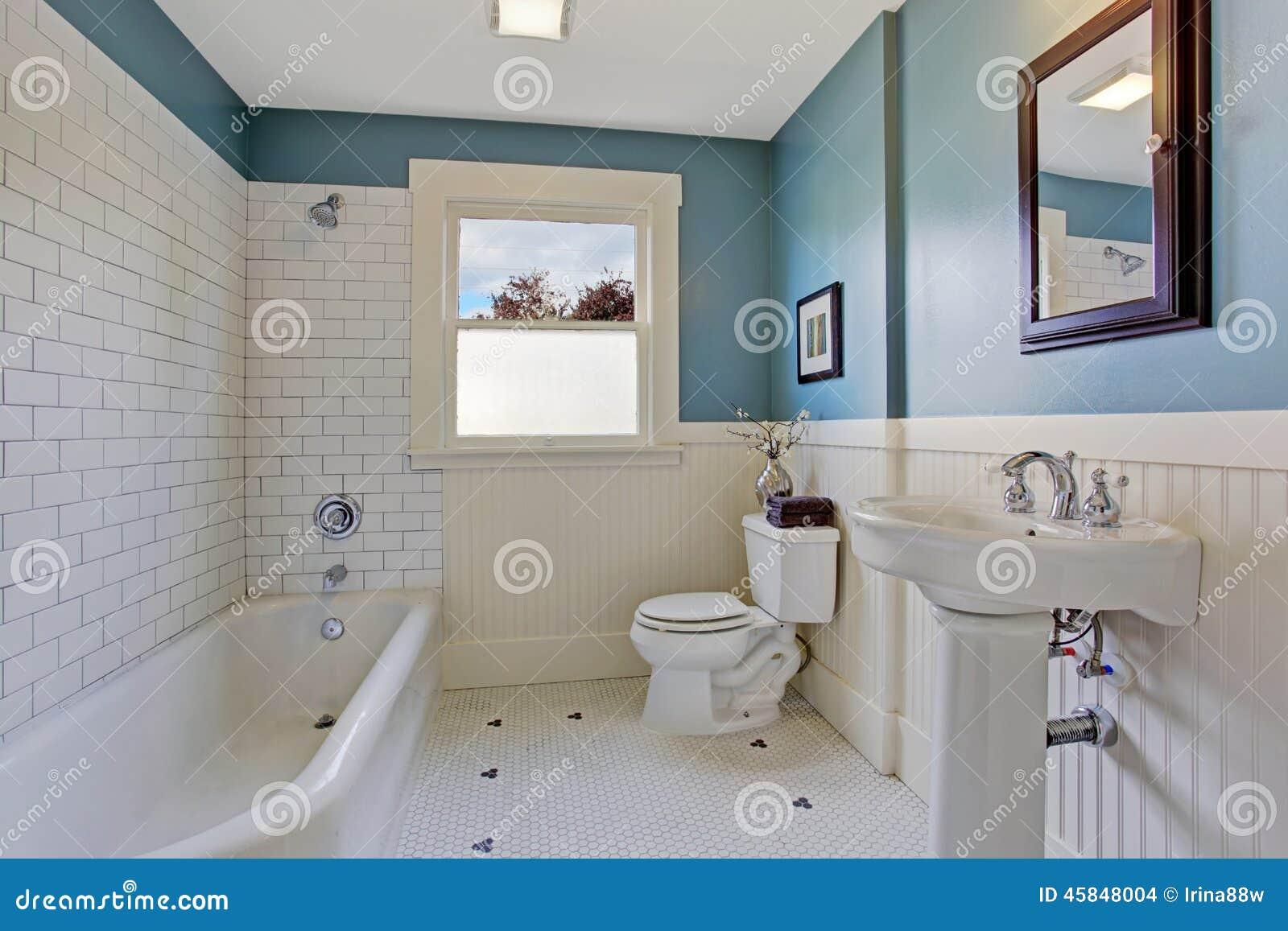 Interior blanco y azul del cuarto de ba o foto de archivo imagen de espejo blanco 45848004 - Banos en azul y blanco ...