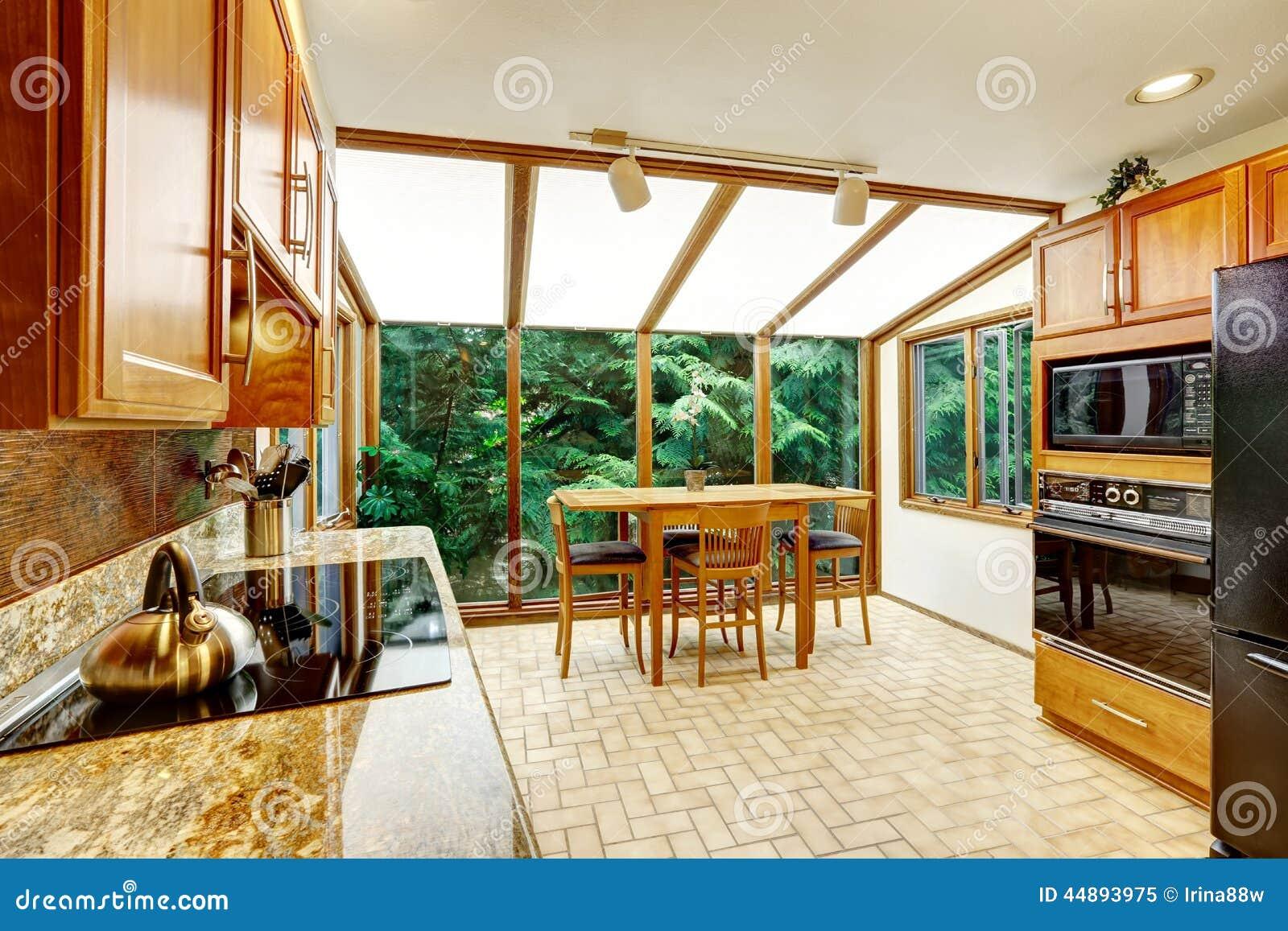 Interior brilhante bonito da cozinha O espaço para refeições com a  #79340F 1300 957