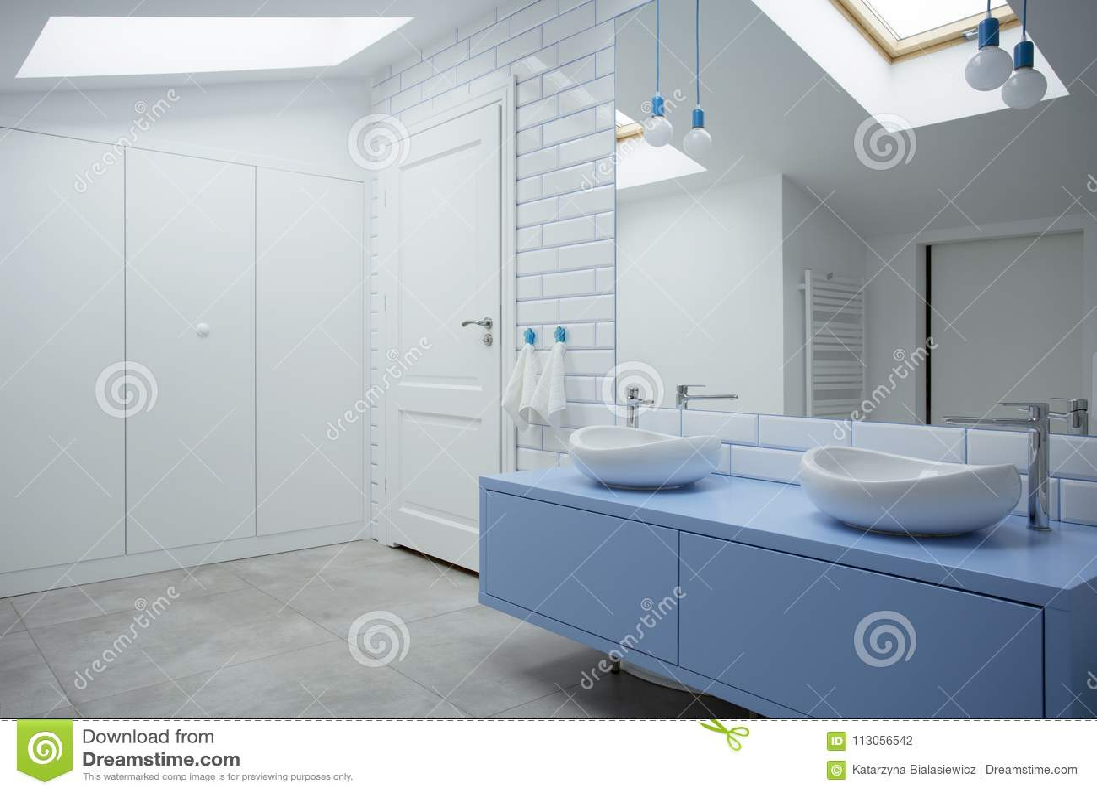 Interior branco e azul do banheiro