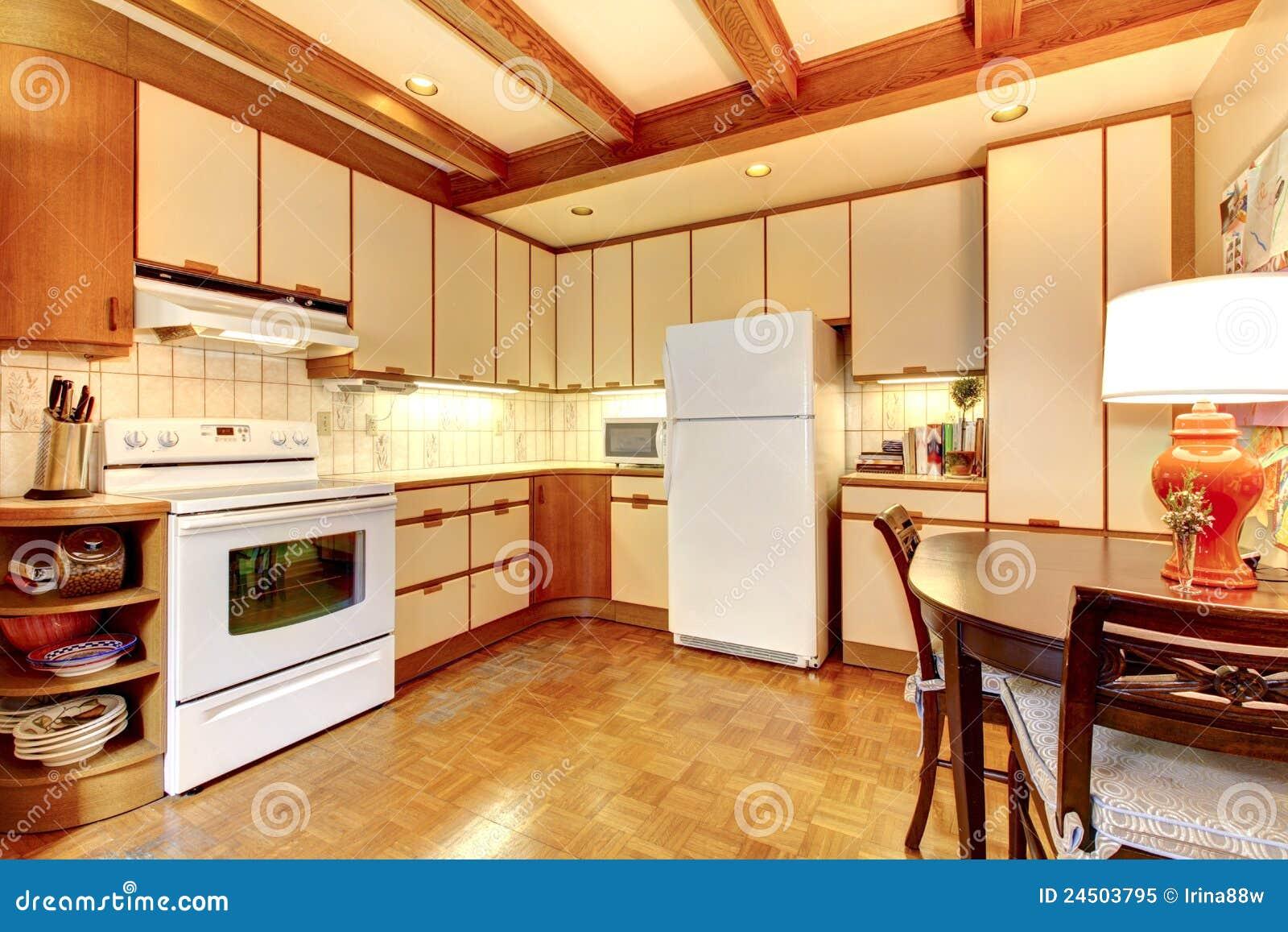 Interior branco e de madeira simples velho da cozinha com assoalho de  #B03F1B 1300x957