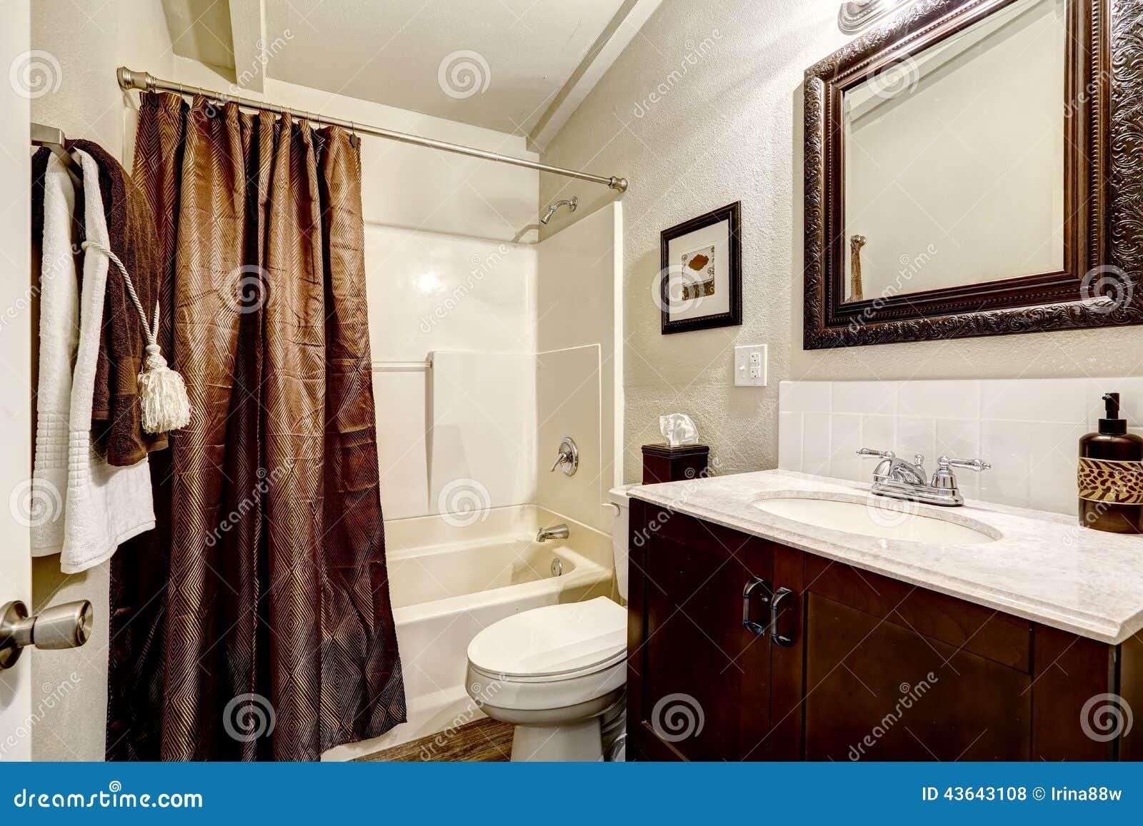 Interior branco e marrom do banheiro com cortina marrom e o armário  #84A625 1300x957 Banheiro Branco E Marron