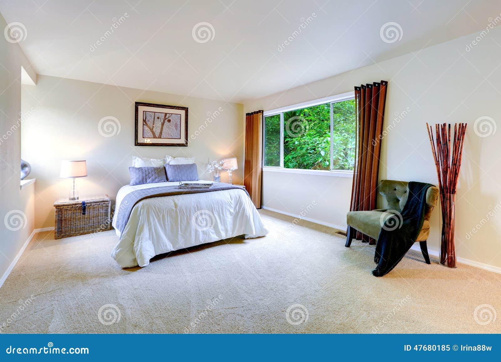 Interior brillante del dormitorio principal con las - Cortinas para dormitorio principal ...