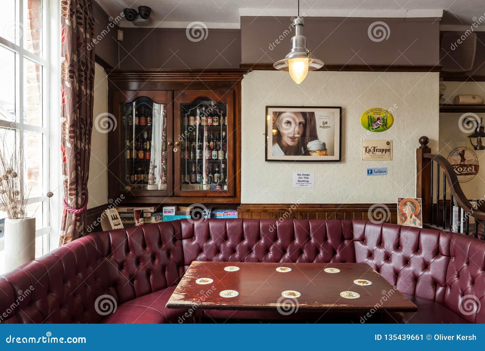 Interior britânico tradicional do bar