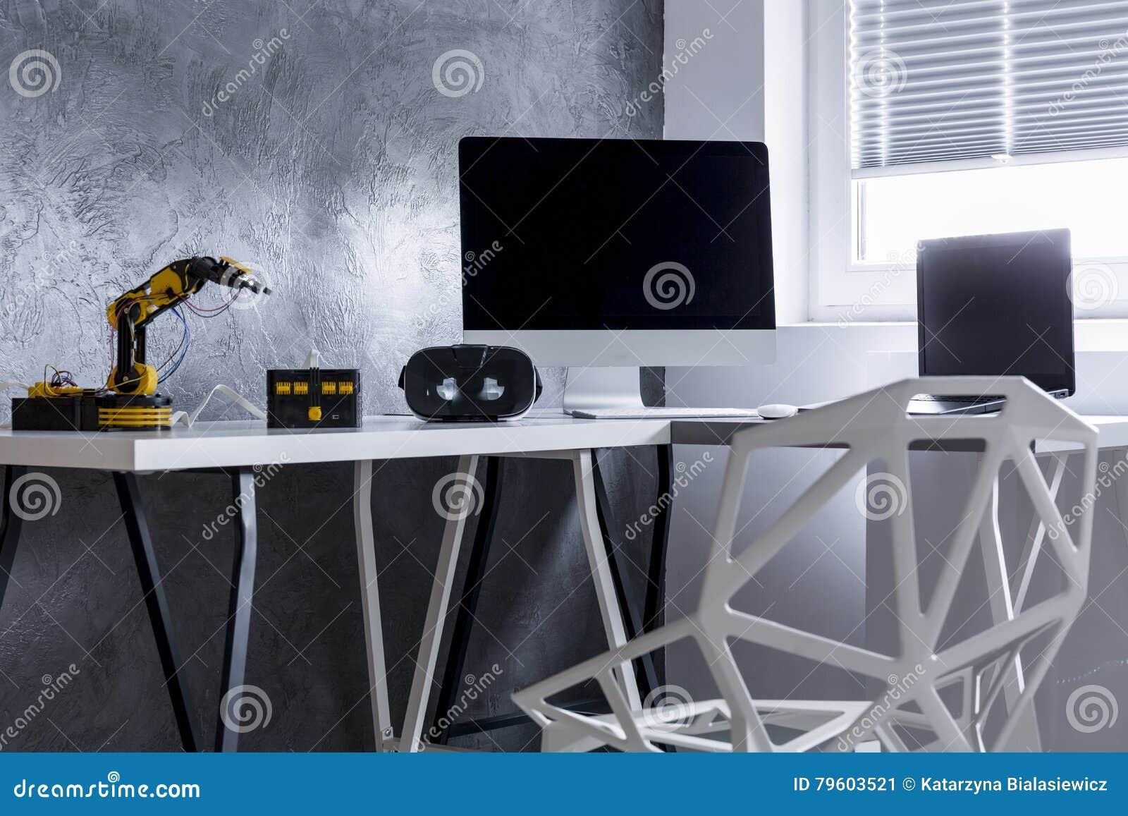 Interior cinzento da sala de Minimalistic com robô
