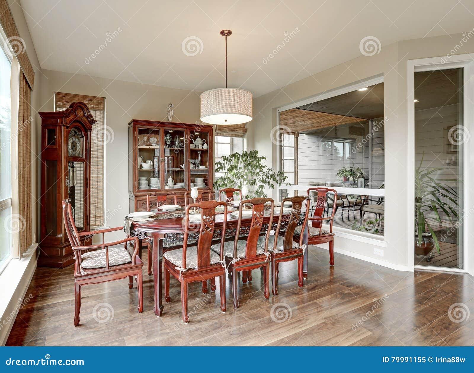 Interior cl sico del comedor en casa lujosa imagen de for Proposito del comedor buffet