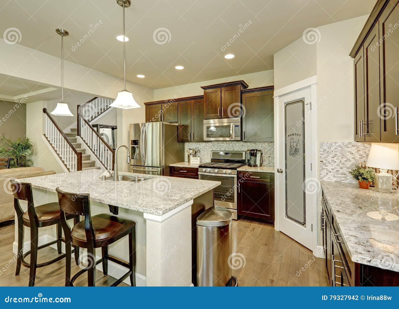 Interior Cl Ssico Da Sala Da Cozinha Com A Grande Ilha De Cozinha