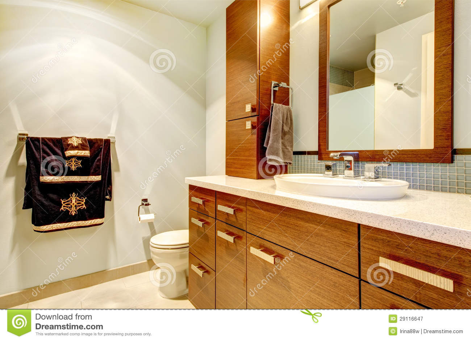 Interior Clássico Do Banheiro Com Gabinetes Modernos. Fotografia de  #AE5008 1300 957