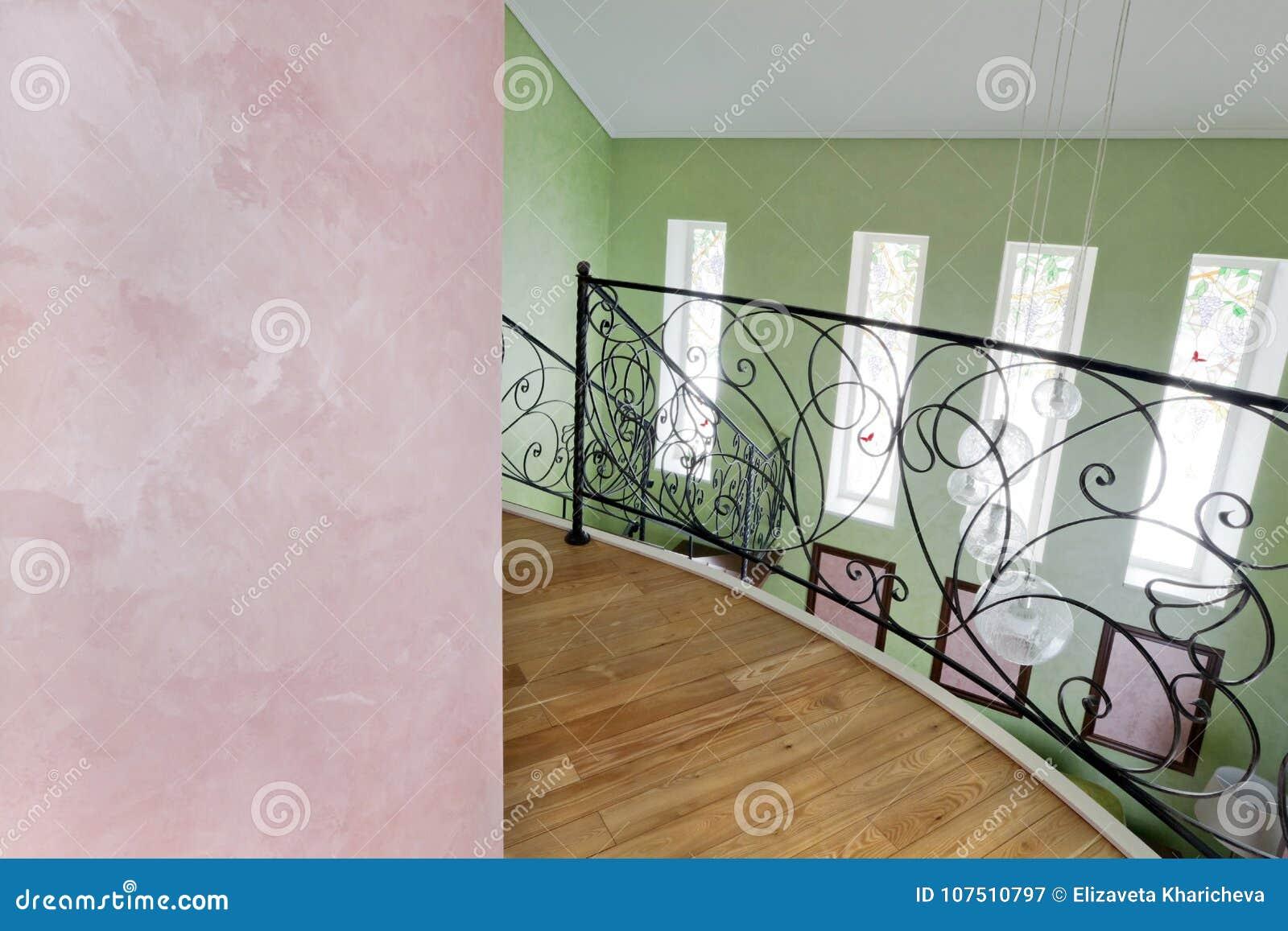 Interior colorido com revestimento-seda decorativa e cerco preto forjado do segundo andar